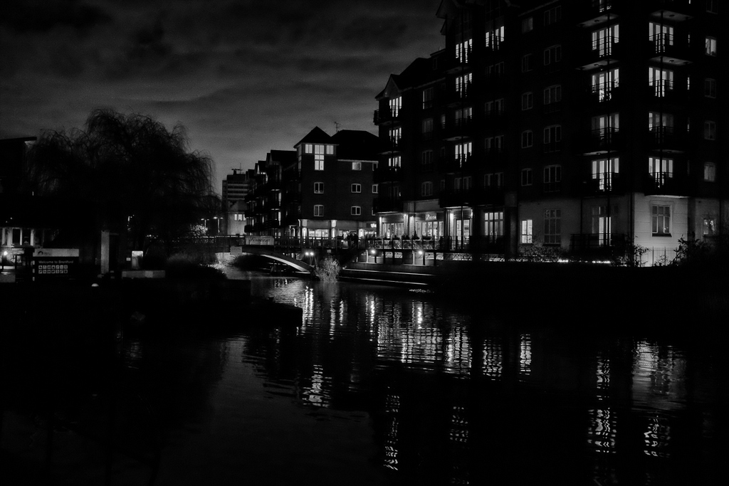 Brentford Lock - quite attractive as City Centre canal scenes go